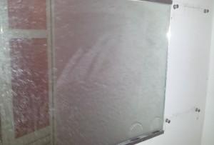 浴室鏡のウロコ状の汚れ磨き施工前